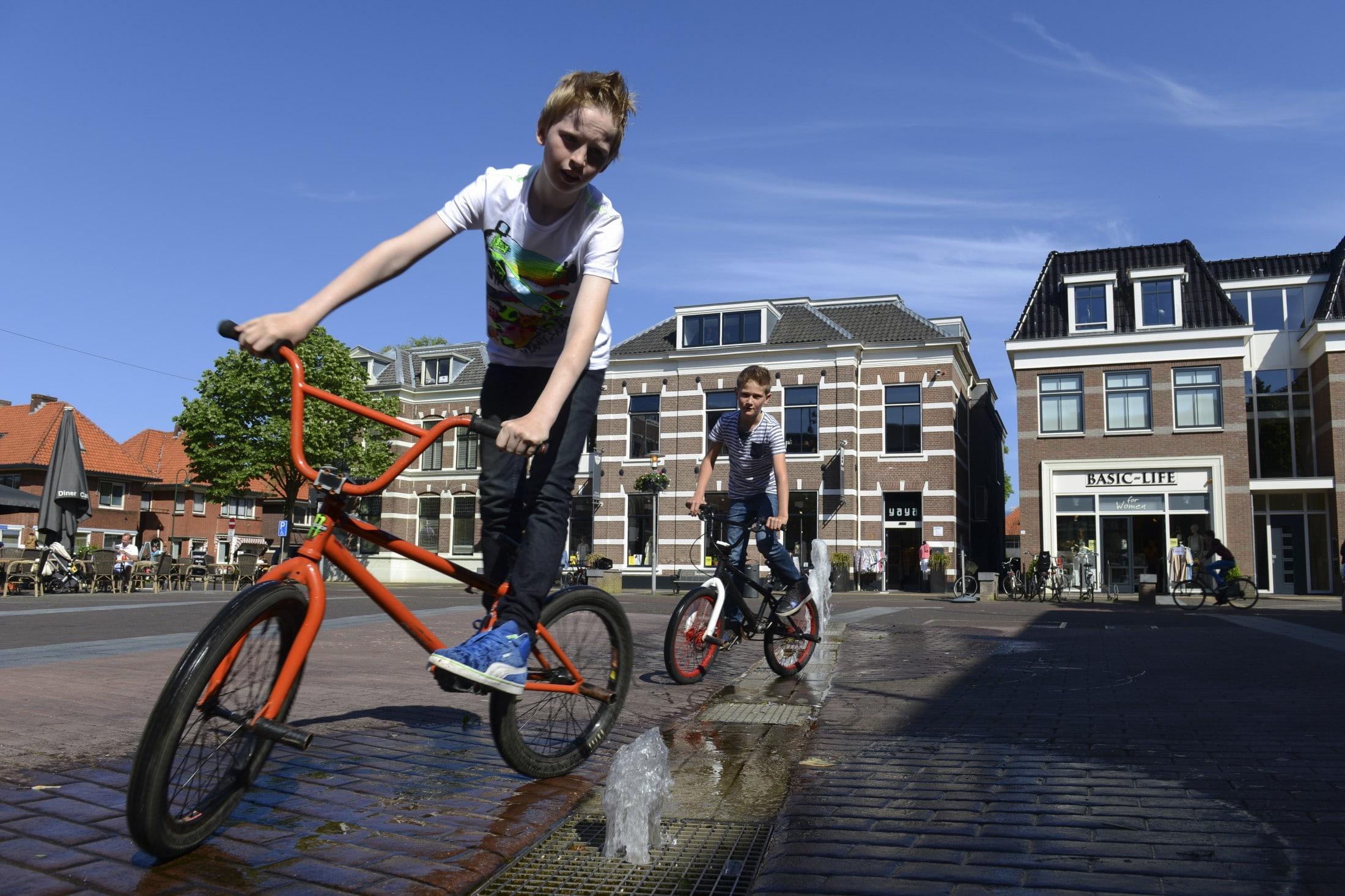 kinderen fietsen op plein in Barneveld
