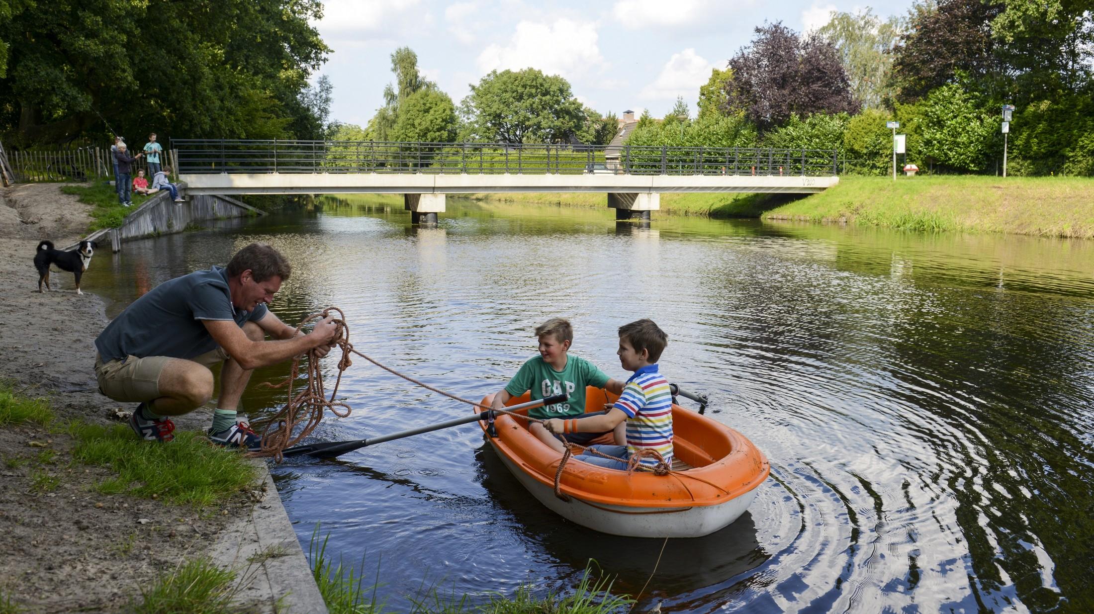 Vader met jongens in bootje op Valleikanaal Leusden