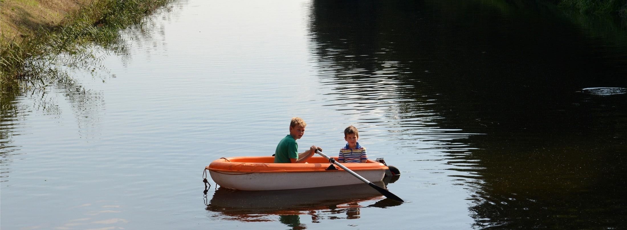 Bootje met kinderen op Valleikanaal Leusden