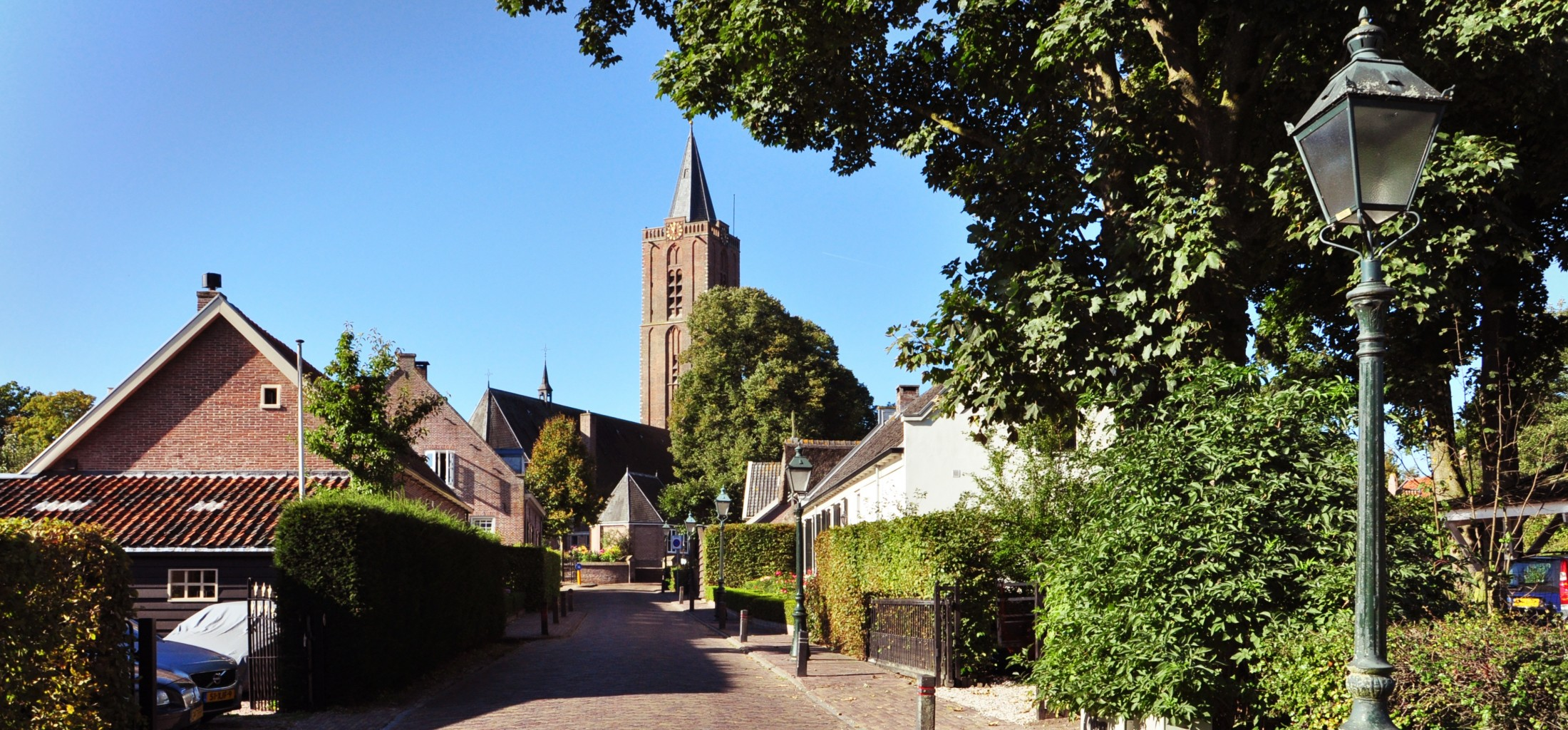 Straat en kerktoren in Soest